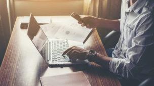 pessoa estudando por meio do notebook