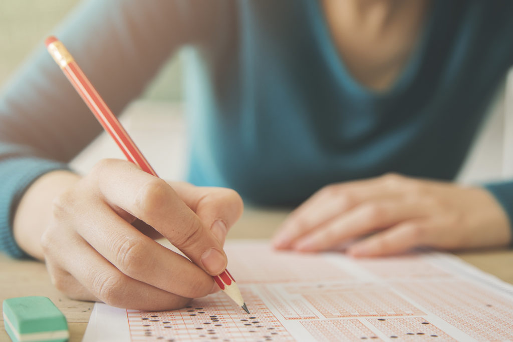 mulher escrevendo em uma folha