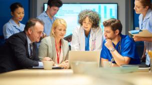 reunião de profissionais que trabalham em um hospital