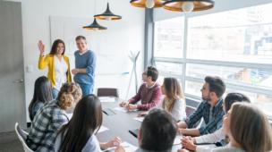 reunião com vários profissionais em uma empresa