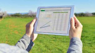 profissional utilizando um tablet na área rural
