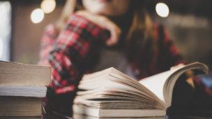 mulher em sua mesa de estudos