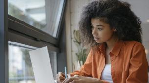 mulher estudando por meio do seu notebook