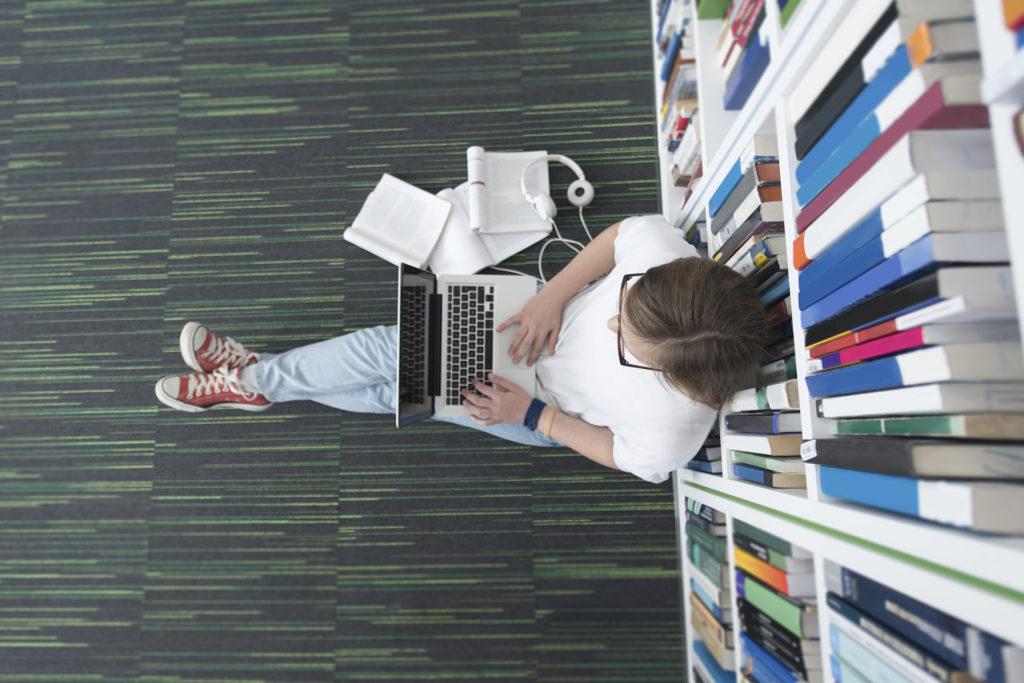mulher sentada utilizando o notebook