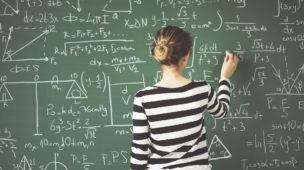 professora de matemática escrevendo na lousa