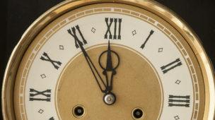 relógio com números em algarismos romanos