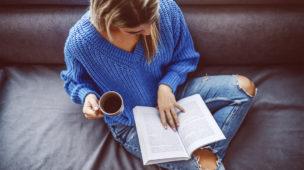 mulher sentada lendo um livro