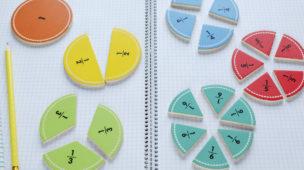 peças de frações sobre um caderno