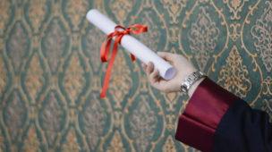 diploma na mão