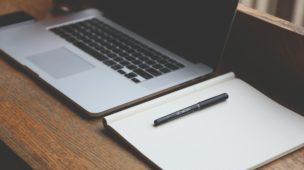 notebook e caderno sobre uma mesa