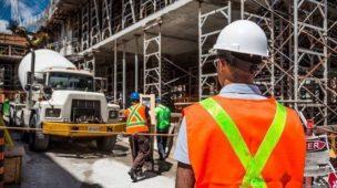 profissionais trabalhando em uma construção