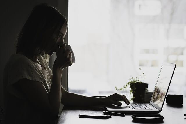 mulher sentada na sua mesa de trabalho