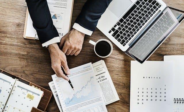 mesa de trabalho com notebook e papéis