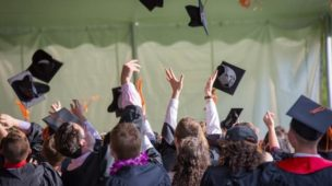 estudantes comemorando sua formatura