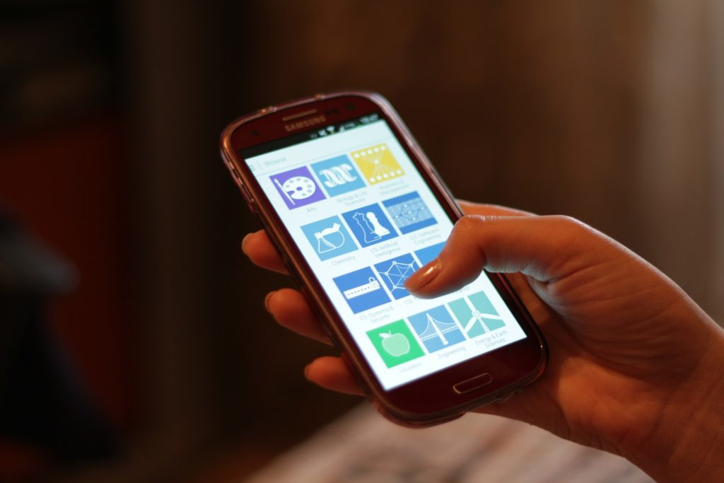mão de uma pessoa segurando em um celular