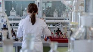 mulher de costas fazendo experimentos em um laboratório