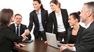 pessoas em uma reunião