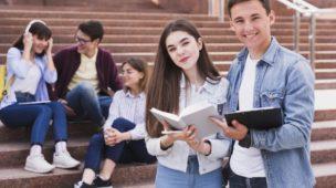 estudantes reunidos e conversando