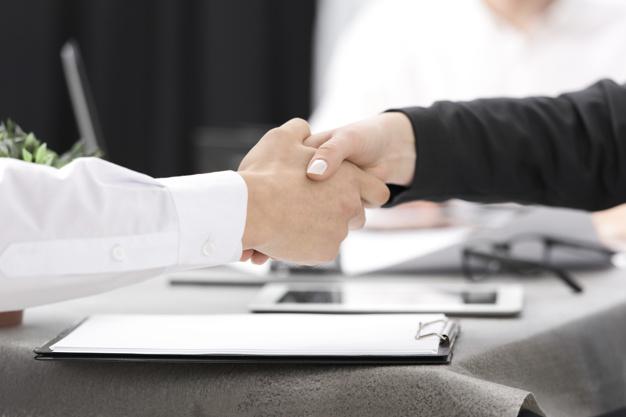 mãos de duas pessoas se cumprimentando