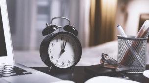 relógio sobre uma mesa de trabalho